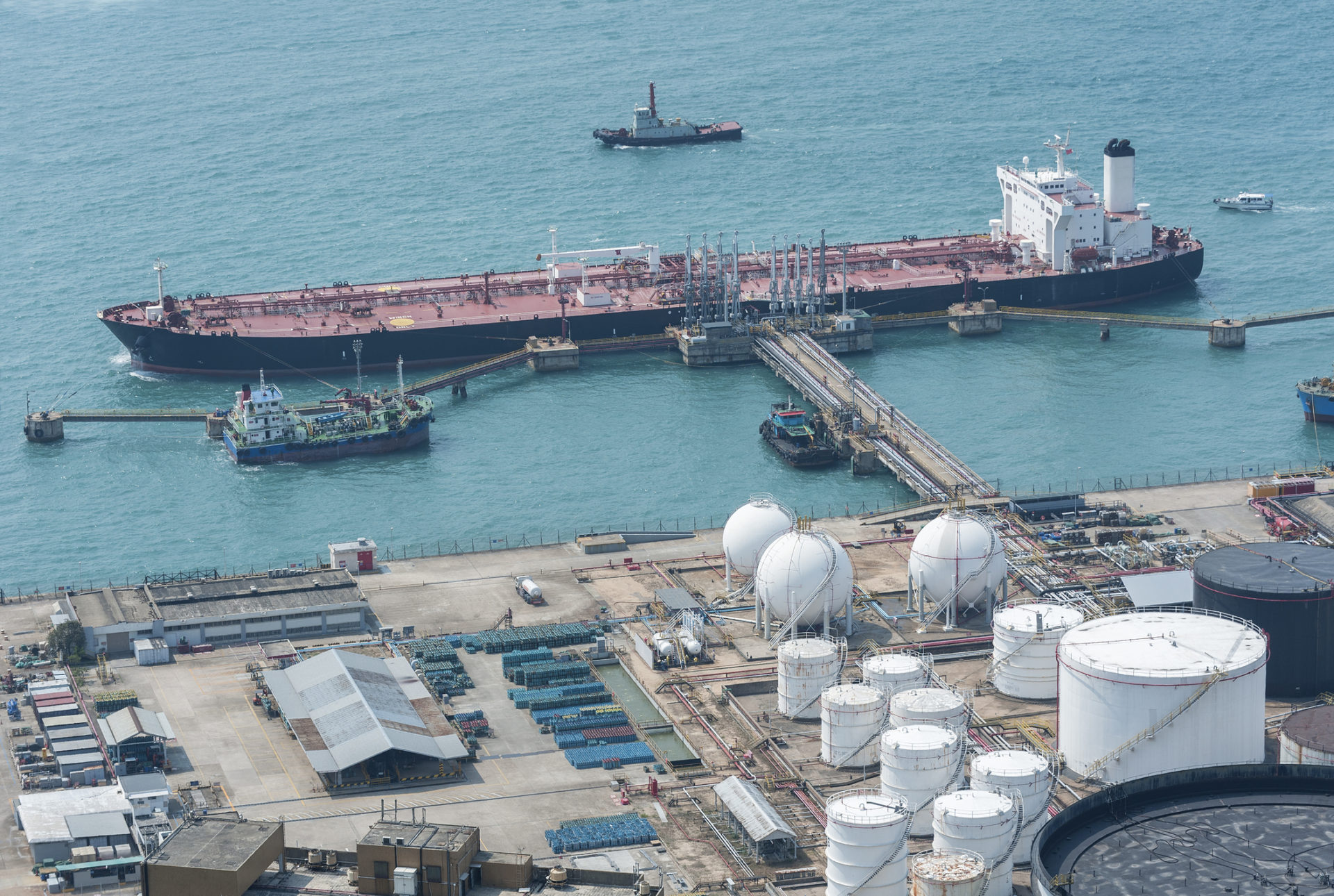 Oil Storage tank and oil tanker